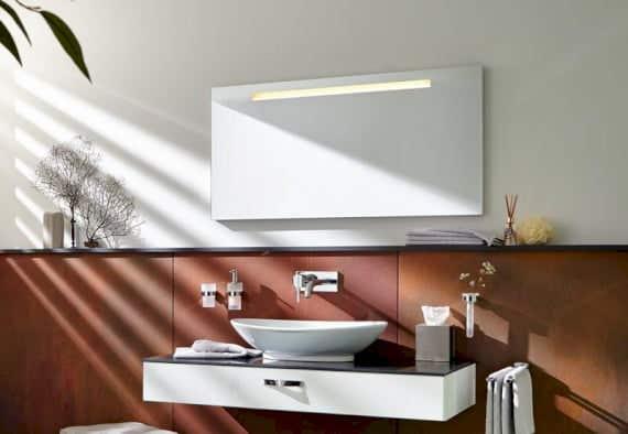 Der Spiegel im Badezimmer
