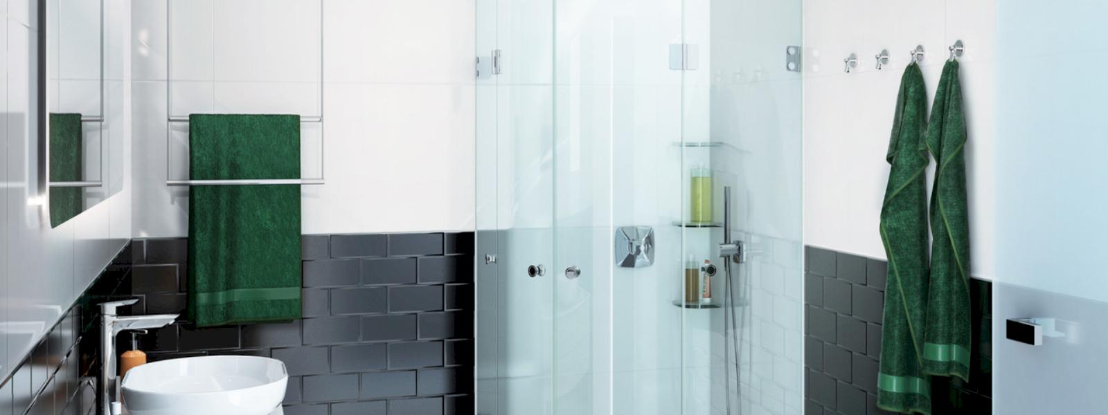 Glassdouche kleines Bad mit grünen Handtüchern